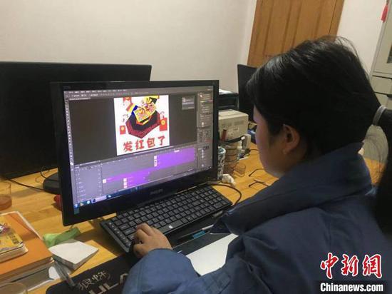 """图为徐小迪在创作""""牛""""元素水城农民画文创作品。受访者提供"""