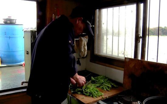 热心民警准备饭菜。朱乾希 摄