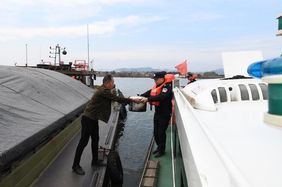 民警们来到货船上。朱乾希 摄