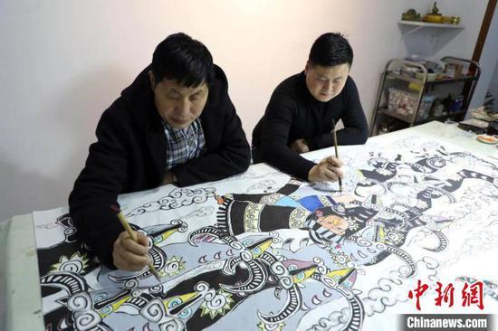"""图为徐承贵父子创作""""奔牛""""农民画作品。受访者提供"""