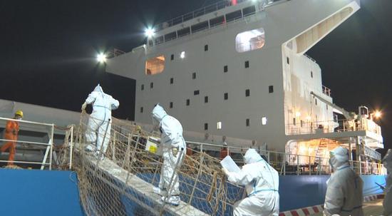 台州海关驻玉环办事处关员登船检疫。林俐 摄