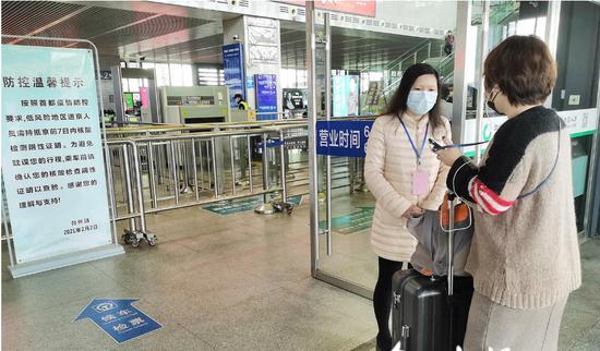 台州火车站防疫人员坚守岗位。解文雅 摄