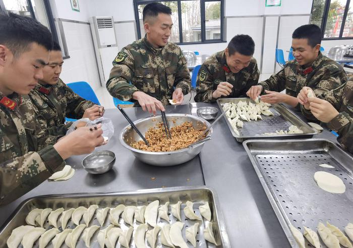 武警官兵在包饺子。李子扬 摄