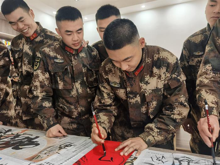 武警官兵在写春联。李子扬 摄