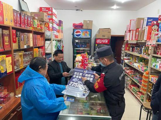 春节吴兴公安宣传防诈意识。施一荟 摄