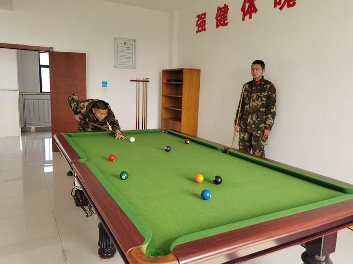 武警官兵桌球竞技。李子扬 摄