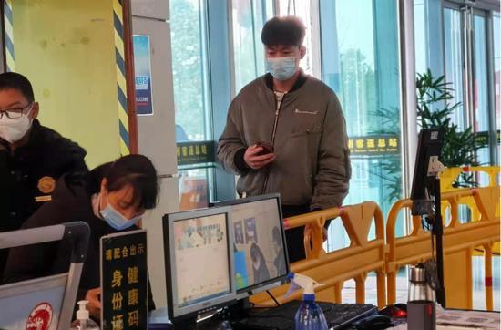 台州客运总站防疫人员坚守岗位。周子凝 摄