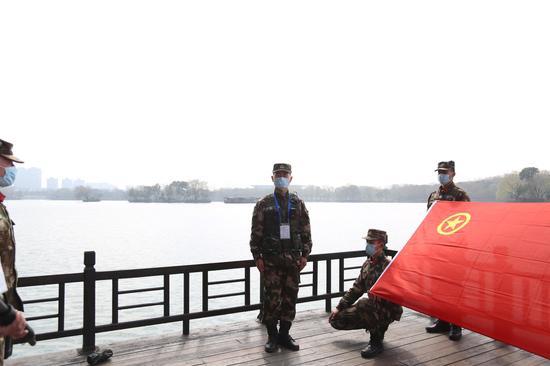 鲜红团旗。赵杨摄