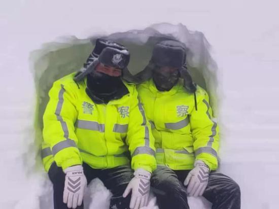 感人画面泪目!新疆交警徒手挖雪洞躲风雪(图)