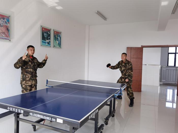 武警官兵在打乒乓球。李子扬 摄