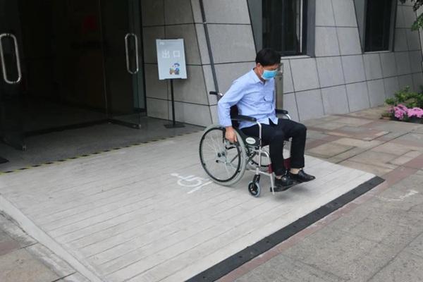 残疾人在无障碍环境中出行更方便。倪寅初 供图