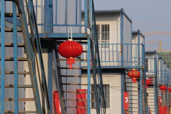 项目部挂着大红灯笼。徐家辉 摄