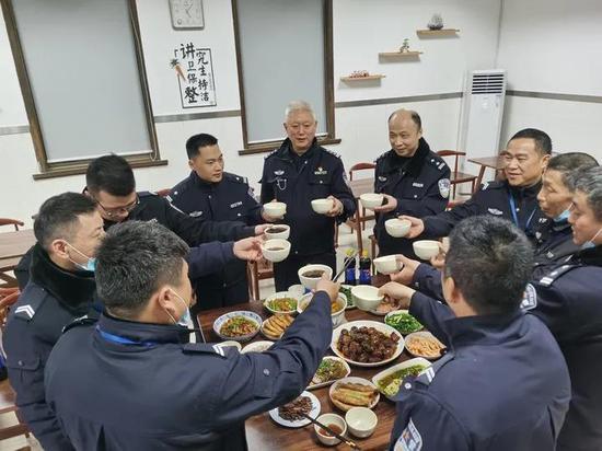 民警、辅警与同事一起吃年夜饭。施一荟 摄