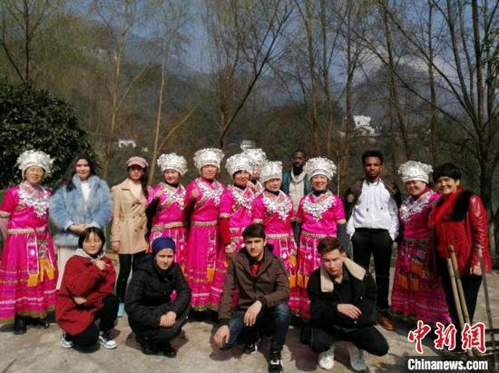 留学生与当地苗族村民合影。 余菲 摄