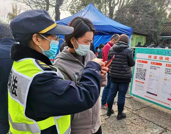 图为:执法队员为游客提供帮助。王潇婧 摄