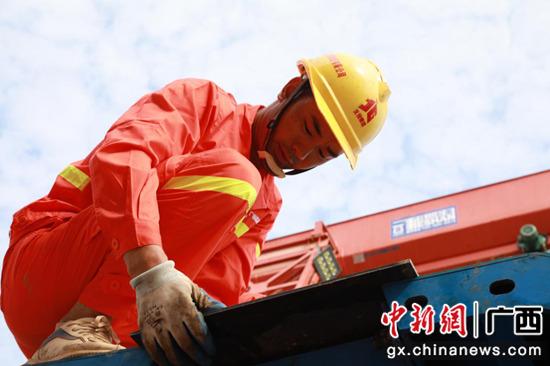图为信梧高速二期工程三分部三号梁场模板调试 刘凌辉供图