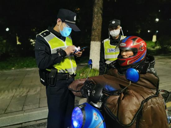 民警开展设卡盘查。聚星官网公安 供图