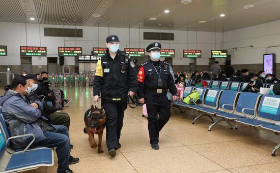 杭州站派出所民警携犬巡逻。韦士钊 供图
