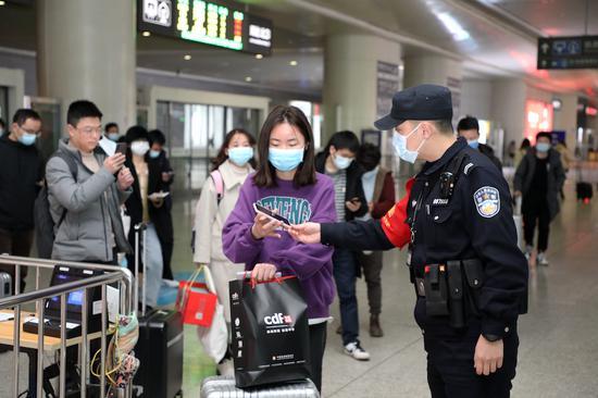 旅客在杭州东站亮码出站。韦士钊 供图