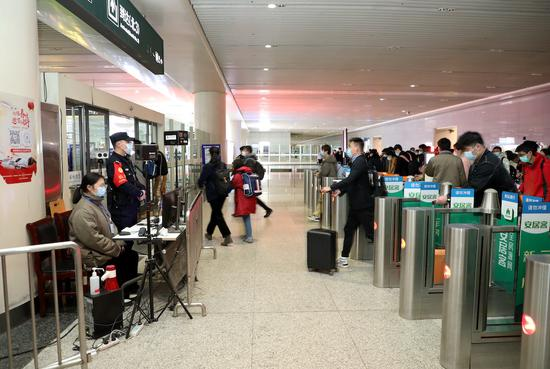 杭州东站出站口旅客经过测温点有序出站。韦士钊 供图