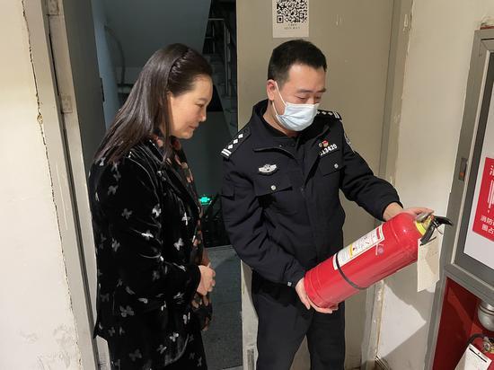 警方检查辖区酒店消防安全。聚星官网公安 供图