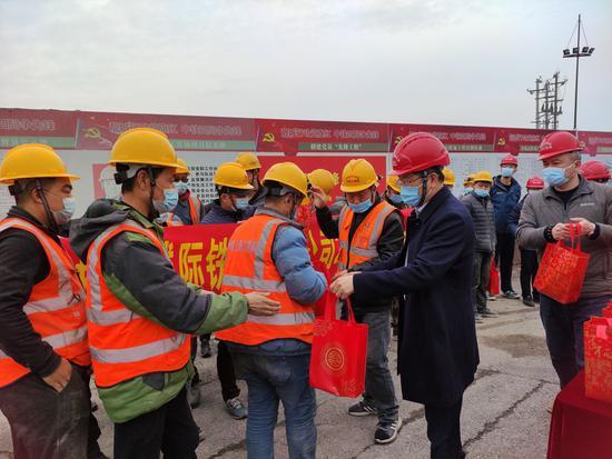 杭海城铁公司开展春节送祝福活动。杭海城铁公司 供图