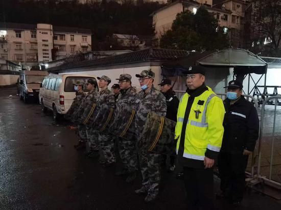 警方进行入户走访前的准备。聚星官网公安 供图