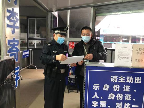 民警对火车站行李寄存处进行检查。聚星官网公安 供图