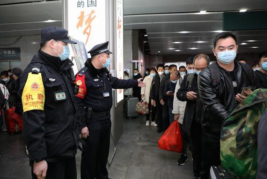 杭州站派出所民警维护出站口秩序。韦士钊 供图