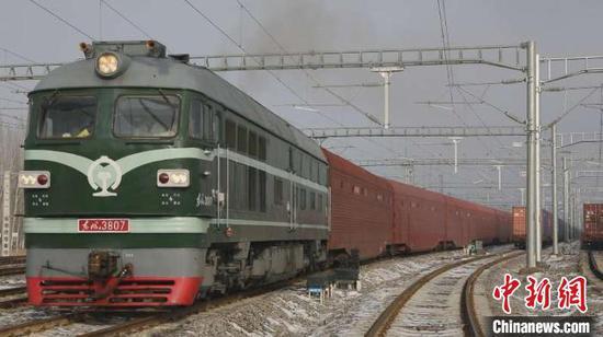 2月14日18时,随着一声汽笛长鸣,一列满载220辆商品车的过境班列从新疆霍尔果斯口岸缓缓出境,驶向哈萨克斯坦。 李明 摄