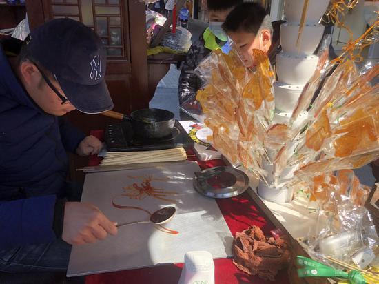 手艺人制作糖人。 林波 摄