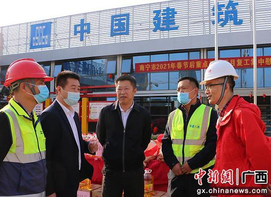 图为南宁市副市长李建文了解项目建设进度。熊嘉玲  摄