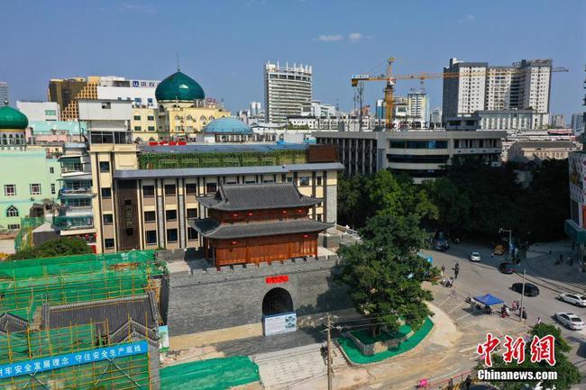 广西南宁复建岭南传统古城门