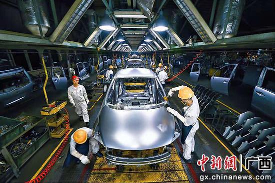 图为装配中的柳州产汽车。柳州市委宣传部供图