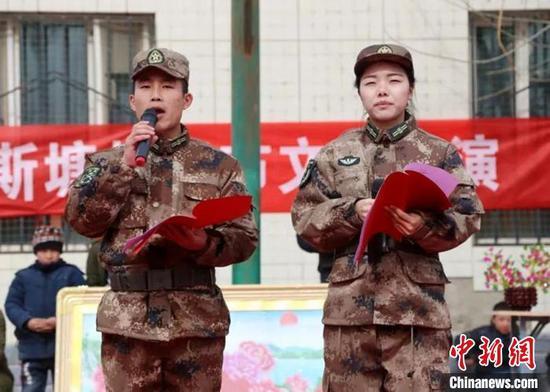 二师37团社区职工王华强、黄月朗诵诗歌。 王瑞红 摄
