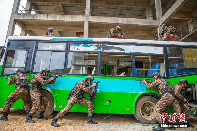 来宾武警特战队员开展公交车反劫持演练