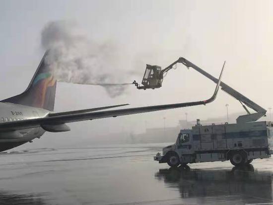 乌鲁木齐国际机场除冰作业 减少特殊天气对旅客出行影响