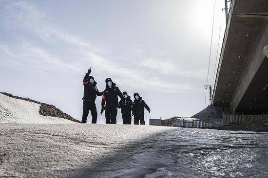 民警对兰新高铁乌拉泊区段高铁线路桥梁进行安全巡查  。
