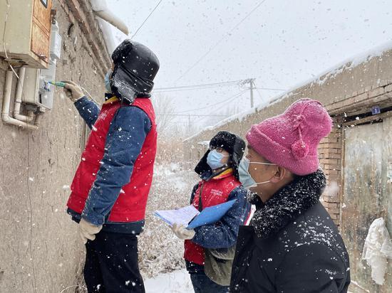 2月13日 ,国网昌吉供电  公司党员服务队检查居民用电安全隐患。朱明珍 摄