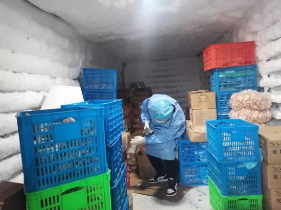 工作人员在检查冷链食品。嘉兴市市场监管局供图