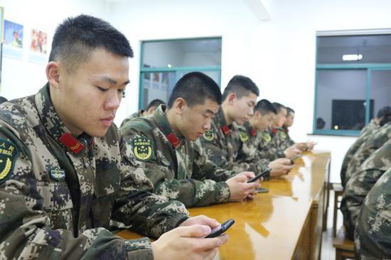 官兵们自主学习 边柄方 供图