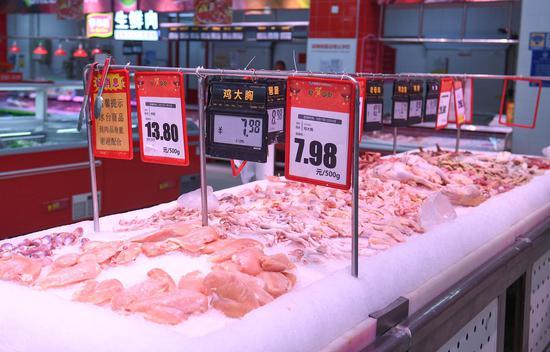 一家超市内摆放着充足的肉类食品。王刚 摄