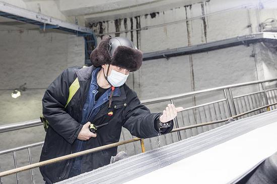 化肥厂员工穆塔里甫·牙克甫正在检查尿素质量。吴海燕 摄