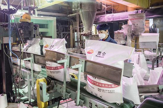 乌石化化肥厂储运车间尿素自动包装生产线。 吴海燕 摄