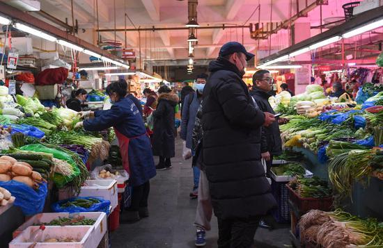 市民在农贸市场内购买各类食品。王刚 摄