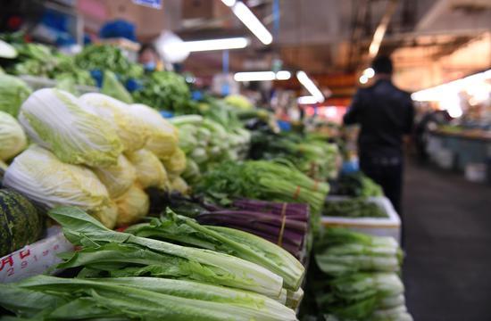杭州一家农贸市场内,各类蔬菜供应充足。王刚 摄