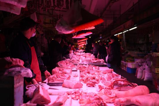 杭州一家农贸市场内,各类肉品琳琅满目。王刚 摄
