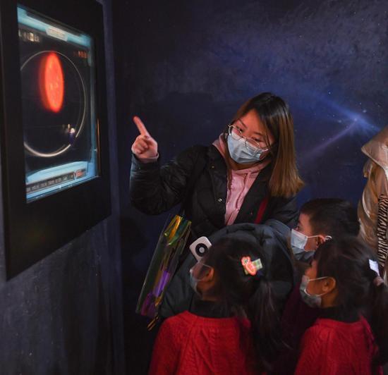 家长为小朋友讲解地月系统。王刚 摄