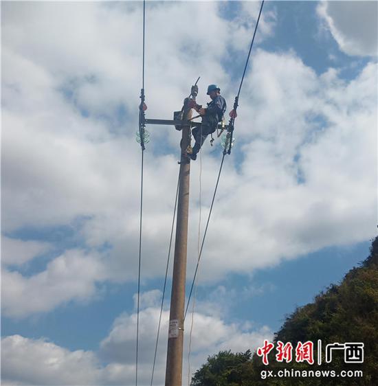 及时抢修电力故障。韦锐 摄