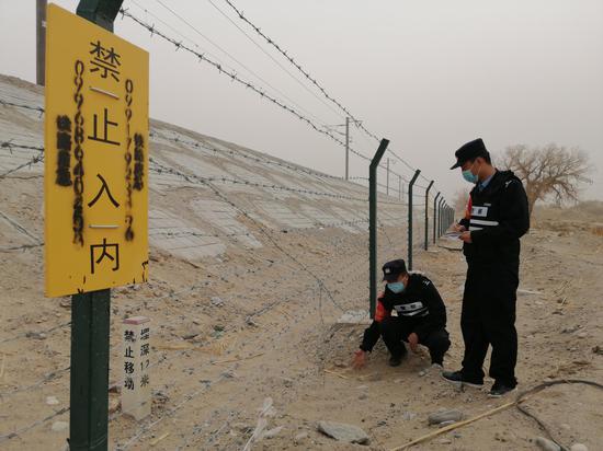 新疆若羌铁警开展恶劣天气下线路巡视检查